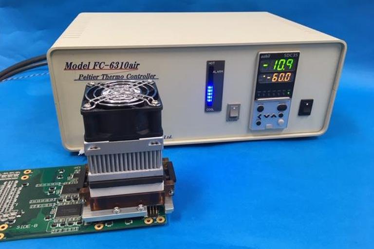 ペルチェ温調ソケットの温度コントローラと温調ヘッド